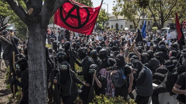 la-ol-le-berkeley-antifa-radicals-20170829